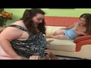 Guy jāšanās liels meitene un a liliputs