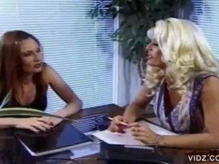 Nikki steele a deva stanice satie pička v príťažlivé lezbické video