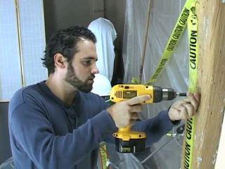 Construction werker takes een breuk naar beat af