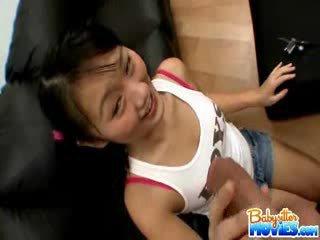Kåt liten barnevakt evelyn shows av henne rumpe og fingers dyp