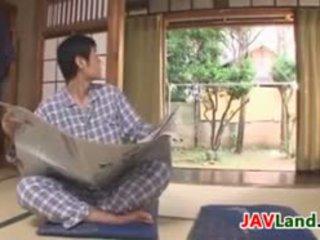 Seksikäs japanilainen kotiäiti kanssa iso tiainen