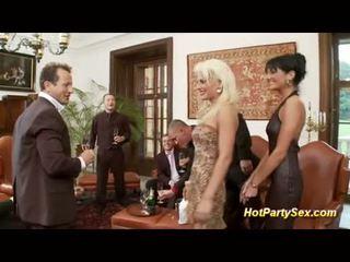 Dames in bedrijf party orgie
