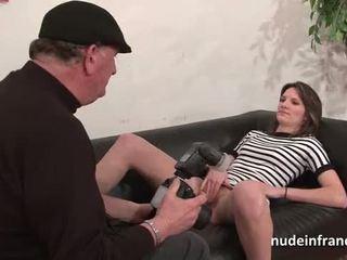 Кастинг диван з a гарненька невеликої titted французька брюнетка