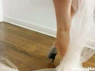 Sexy mamalhuda noiva kayden kross gets assim quente para manusear nu em frente de um espelho