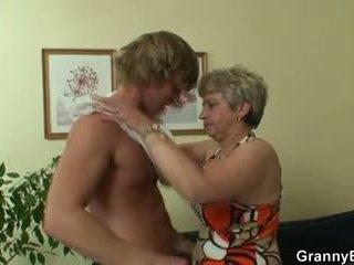 Vecchio puttana pleases hot-looking giovane stallone