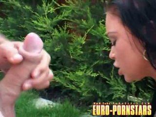 Christina bella fills haar holes met 2 hard meat cocks openlucht