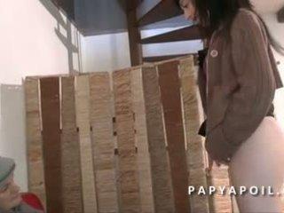 Papy se fait pomper la queue par une jeune nympho