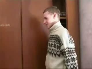 Ryska pojke spying äldre momen