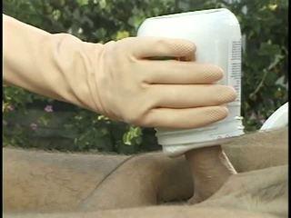 Hottie uses luvas para dar punhetas outdoors