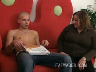 كبير سيدة craves بيتزا و كوك إلى المرأة الجميلة كبيرة فم