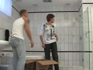 Quente casal a foder sob o duche