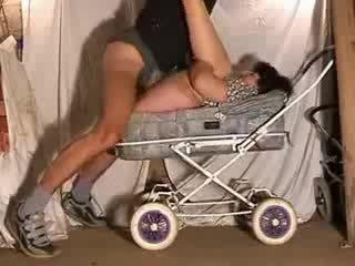 Ώριμος/η μαμά Καυτά γαμώ σε stroller βίντεο