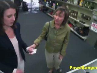 Gemakkelijk klant takes lul in haar harig kut voor dollars