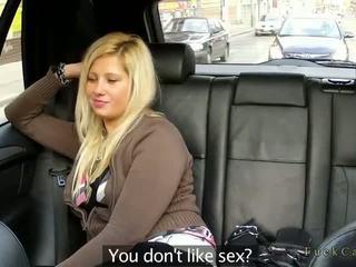 Apaļas blondīne jāšanās uz fake taxi uz publisks