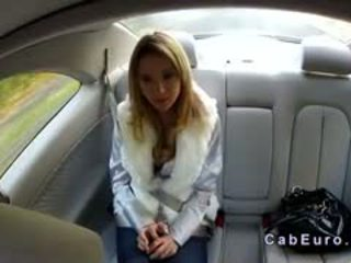 تشيكي شقراء bangs في hood من taxi