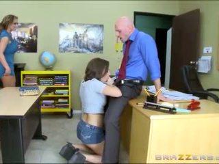 Tiener en stiefmoeder worships school- teachers groot lul