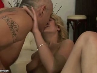 Cota jovem homem having sexo e a beijar juvenile bela