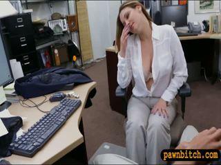 Foxy bedrijf vrouw screwed door pawn guy bij de pawnshop