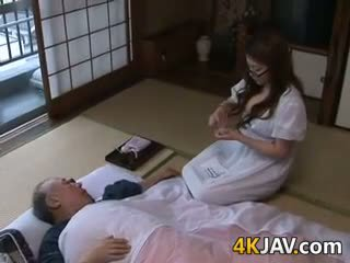 Грудаста японська домогосподарка