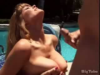 Darla crane titty fucks e sucks caralho outdoors