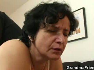 Ő gets neki régi szőrös hole filled -val two cocks