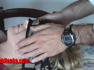 Blondine onderdanig hoer gets geblinddoekt en teased