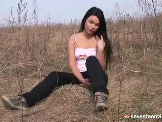 Masturbating uvnitř the grass