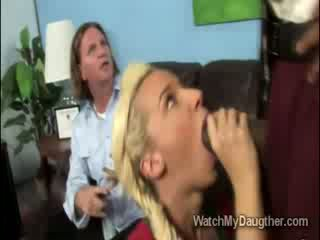 Filthy blonde daugther blows la noir principal en avant de papa