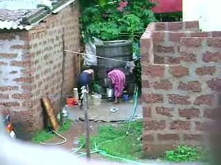 看 這 two 熱 sri lankan 女士 getting bath 在 戶外