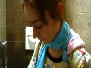 Sīka auguma natasha princese kails pie tualete
