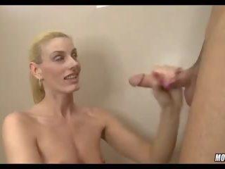 Blondine serveerster geneukt in badkamer, gratis porno zijn