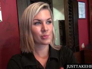 Rubia camarera blowing shaft para efectivo en público