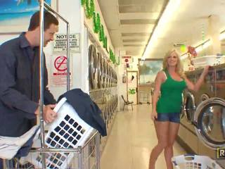 Superb seksuālā blondīne skaistule ar dabas liels bumbulīši doing minēts uz the washing veikals