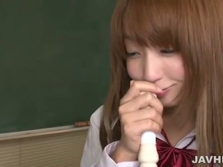 Jaapani koolitüdruk panema a flute üles kuni tema vitt