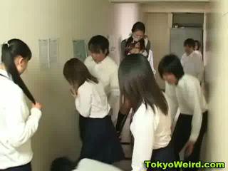 Japanilainen schoolgirls stripped ja haparoi video-