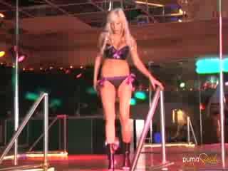 Puma swede pozand și dansand pe etapă