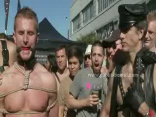 Gejs vīrietis uz āda leish getting fucked uz gejs sado maso netīras gangbang