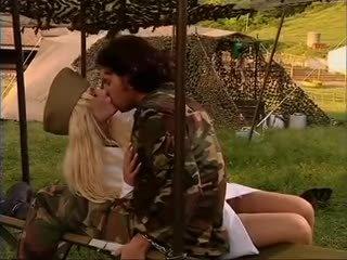 Armeija tyttö naida sisään sukkahousut