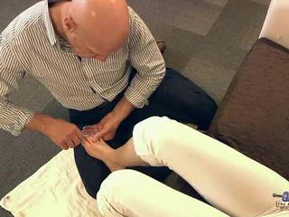 Viejo hombre chupando dedos de los pies y follando adolescente cutie