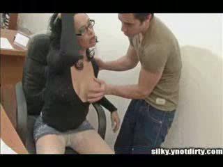 เพศที่สาม ใน ถุงน่องแบบมีสายรัด licked และ rammed