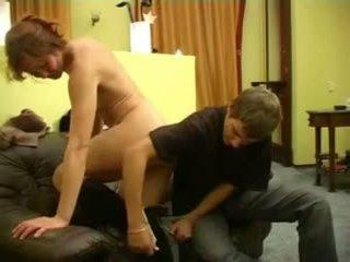 Seksi orang berambut pirang penis di belahan dada mama dan laki-laki