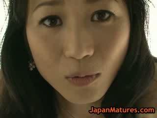 Asiática maduros natsumi kitahara a despir-se