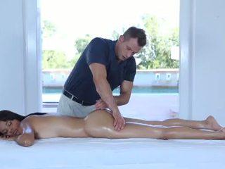 Nxehtë erotik masazh për një shumë e lezetshme 18yo adoleshent