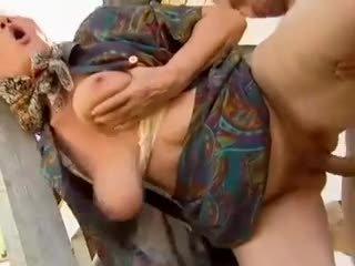 2 ฟาร์ม grannies seduced โดย หนุ่ม คน