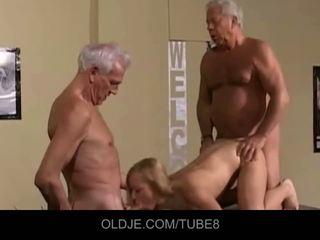 Appetizing jaunas blondinė į an senas seksas tryse