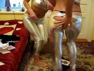 2 女の子 試す 新しい 光沢のある レギンス