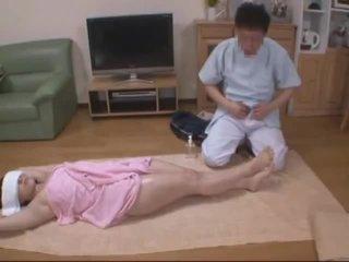 Binme yüzme molested tarafından kız oğlanı sikiyor masseur