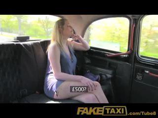 Faketaxi blondýnka s velký přírodní kozičky značky extra hotovost
