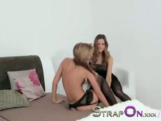 Strapon aistringas ir romantic lesbietiškas strapon penetration seksas scena