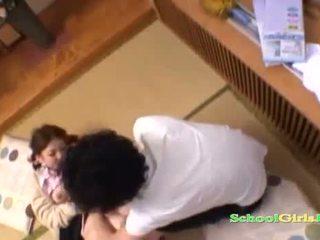 Diáklány licked és fingered által guy szopás övé fasz tovább a padló -ban a roo